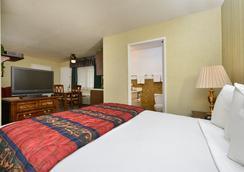 Americas Best Value Inn & Suites Lancaster - Lancaster - Bedroom