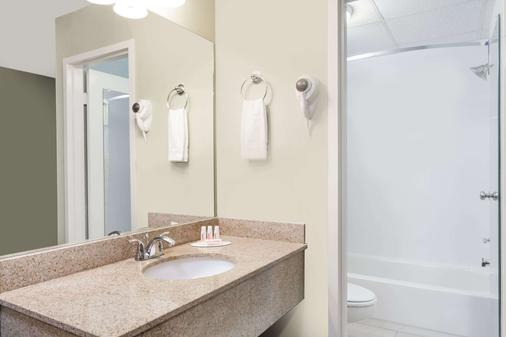 Days Inn by Wyndham Windsor Locks / Bradley Intl Airport - Windsor Locks - Kylpyhuone