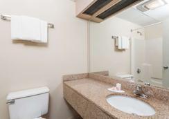 Days Inn by Wyndham Windsor Locks / Bradley Intl Airport - Windsor Locks - Bathroom