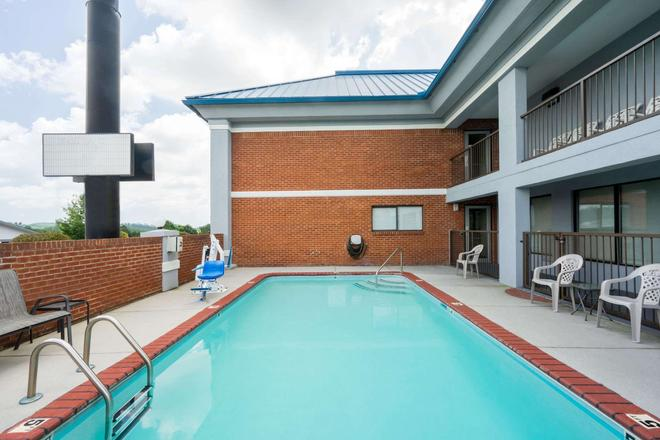 Super 8 by Wyndham Dandridge - Dandridge - Pool