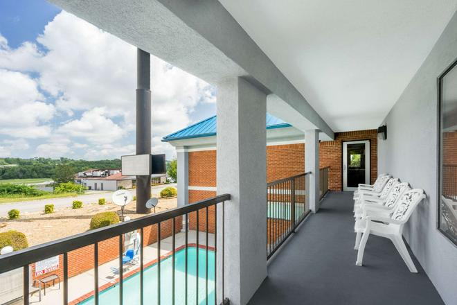 Super 8 by Wyndham Dandridge - Dandridge - Balkon