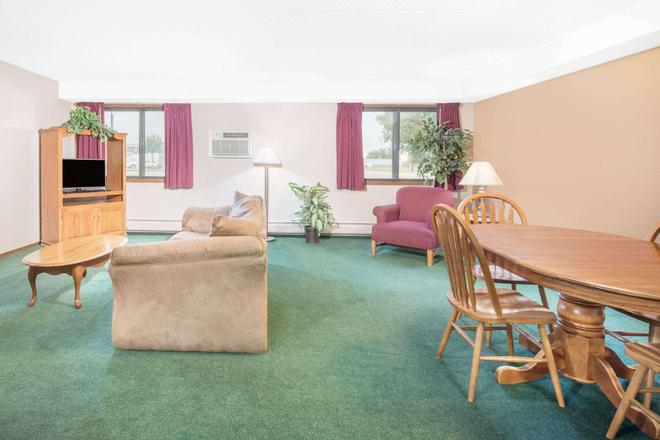 Days Inn by Wyndham Sioux Falls Airport - Sioux Falls - Living room