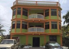 Chaleanor Hotel - Dangriga - Edificio