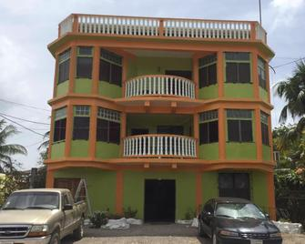 Chaleanor Hotel - Dangriga - Building