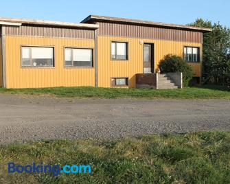 Midhop guesthouse - Reykir - Building
