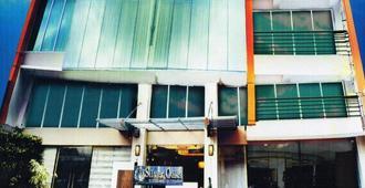 Silver Oaks Suite Hotel - Manila - Building