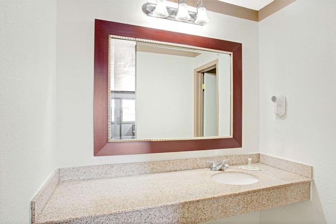 Super 8 by Wyndham Williamsburg/Historic Area - Williamsburg - Bathroom