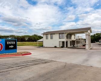 Motel 6 Bryan - College Station - Bryan - Building