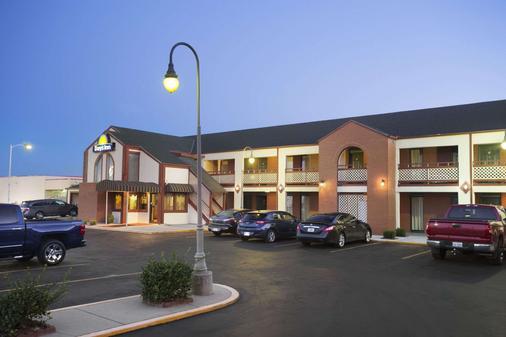 Days Inn by Wyndham Wichita West Near Airport - Wichita - Toà nhà