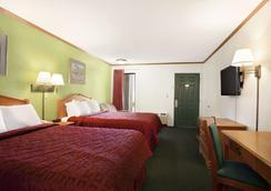 Days Inn by Wyndham Wichita West Near Airport - Wichita - Bedroom