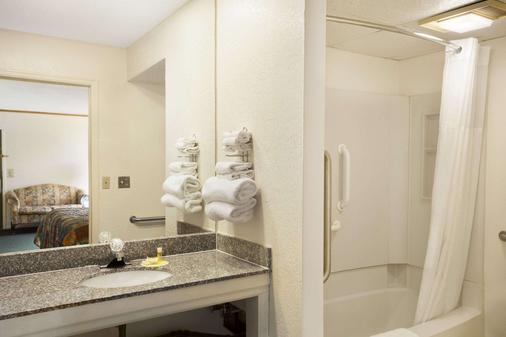 Days Inn by Wyndham Wichita West Near Airport - Wichita - Phòng tắm