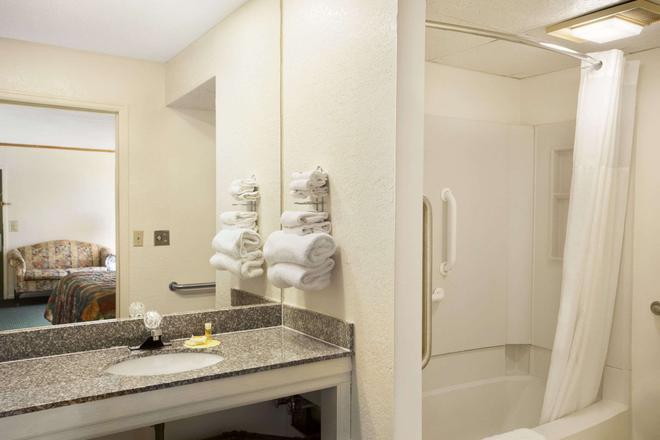 西威奇托機場附近戴斯酒店 - 威奇塔 - 威奇托 - 浴室