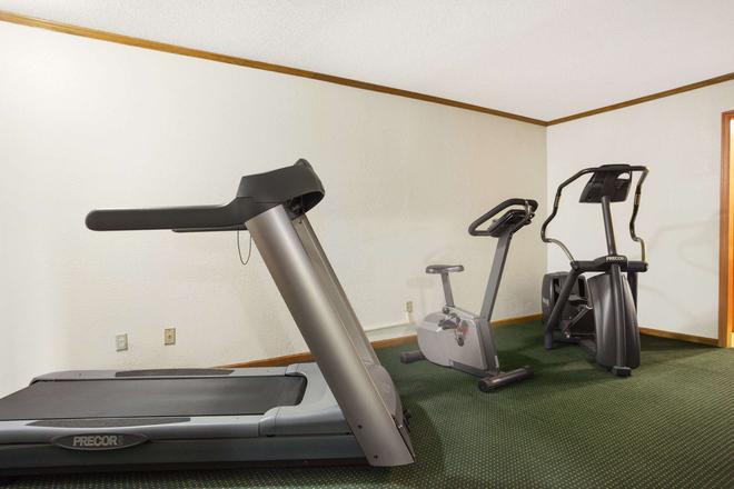 Days Inn by Wyndham Wichita West Near Airport - Wichita - Gym
