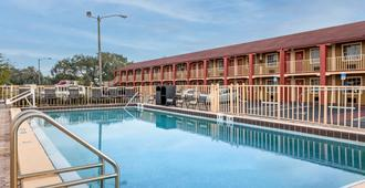 Econo Lodge Inn & Suites Maingate Central - Kissimmee - Piscina