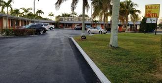 Deluxe Inn Motel - Homestead - Outdoors view