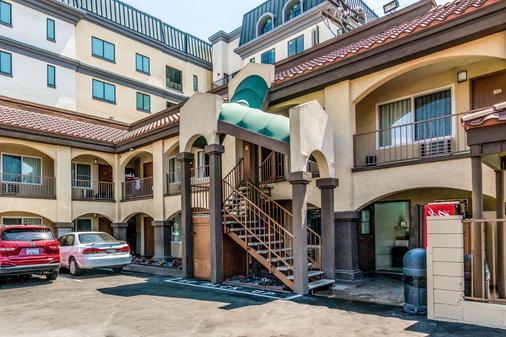 Rodeway Inn Regalodge - Glendale - Building