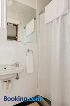 Ocean Beach Hotel - Dunedin - Bathroom
