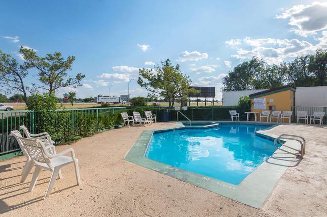 Quality Inn East - Amarillo - Pool