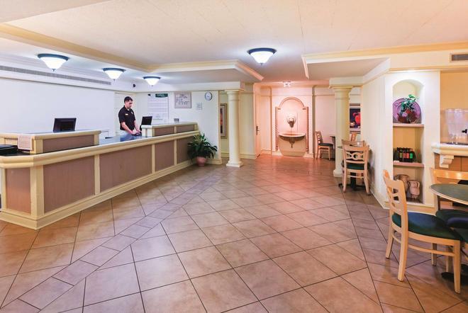 學院站拉昆塔套房酒店 - 科利吉站 - 學院站 - 櫃檯