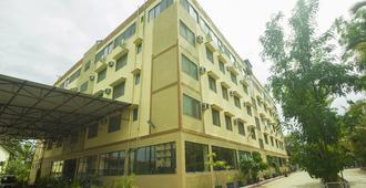 OYO 15483 Sai Palkhi Niwara - Shirdi - Building