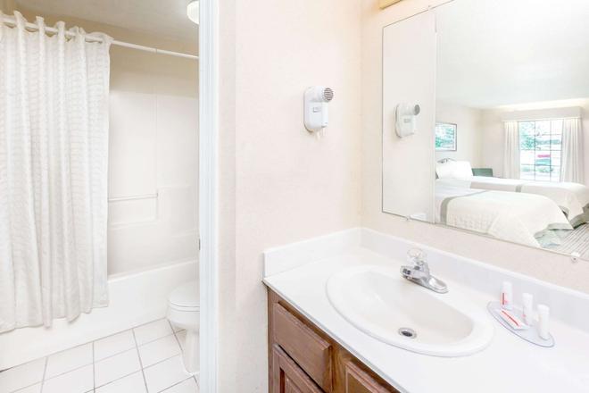 Baymont by Wyndham Grenada - Grenada - Bathroom
