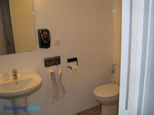 Barri Antic Hostel & Pub - Andorra la Vella - Bathroom