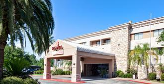 Ramada by Wyndham Houston Intercontinental Airport South - Houston - Building