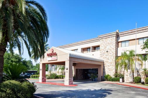 Ramada by Wyndham Houston Intercontinental Airport South - Houston - Rakennus