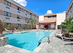 Ramada by Wyndham Houston Intercontinental Airport South - Houston - Pool