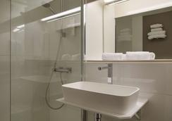 The Originals City, Hôtel Alizéa, Le Mans Nord (Inter-Hotel) - Saint-Saturnin - Bathroom