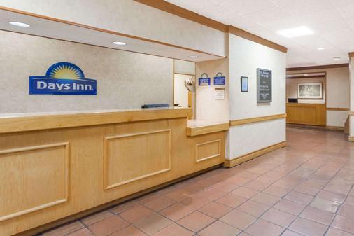 Days Inn by Wyndham Seguin TX - Seguin - Front desk