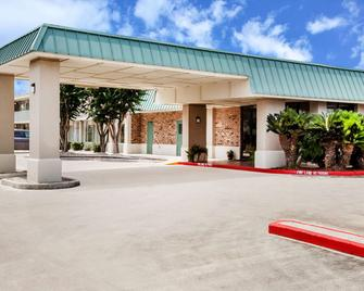 Days Inn by Wyndham Seguin TX - Seguin - Building