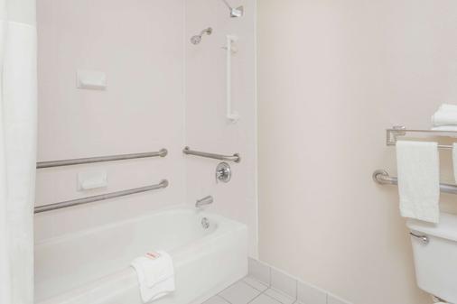 Days Inn by Wyndham Seguin TX - Seguin - Bathroom