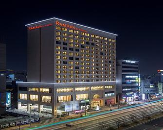 Ramada by Wyndham Daejeon - Daejeon - Gebäude