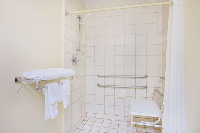 Super 8 by Wyndham Chattanooga/Hamilton Place - Chattanooga - Bathroom
