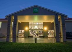 ibis Styles Canberra - Narrabundah - Building