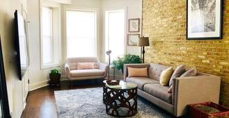 Soft Leather And Warm Bricks At A Stylish Rogers Park Home - Chicago - Sala de estar