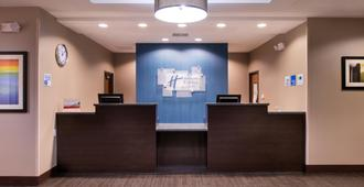 Holiday Inn Express & Suites Bakersfield Airport - Bakersfield - Receptionist
