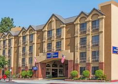 Howard Johnson by Wyndham Pasadena - Pasadena - Building