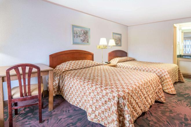 Knights Inn Canton - Canton - Bedroom