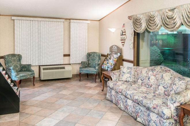 Knights Inn Canton - Canton - Living room