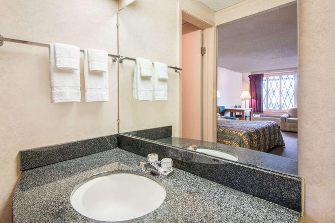 Knights Inn Canton - Canton - Bathroom