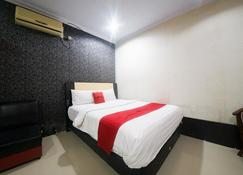RedDoorz Syariah Near Rsud Ainun Habibie Gorontalo - Gorontalo - Bedroom