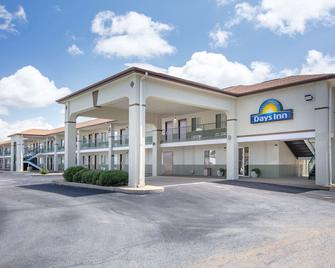 Days Inn by Wyndham Hamilton - Гемілтон - Building
