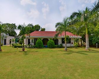 OYO Home 16133 2bhk Luxury Farmhouse - Kāsan - Building