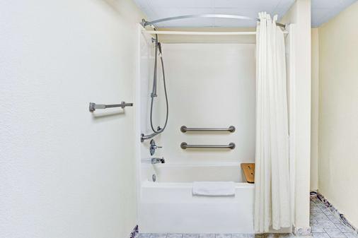 Super 8 by Wyndham Clarksville East - Clarksville - Phòng tắm