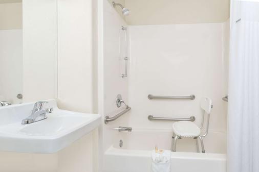 Days Inn by Wyndham Colorado Springs Air Force Academy - Colorado Springs - Bathroom
