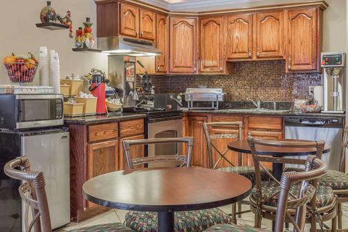 Days Inn by Wyndham Colorado Springs Air Force Academy - Colorado Springs - Kitchen