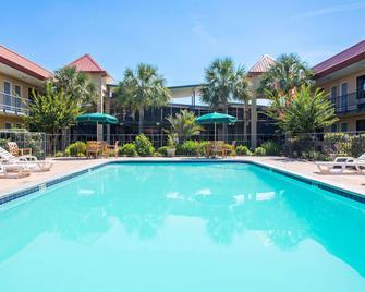 Days Inn by Wyndham Leesville - Leesville - Pool