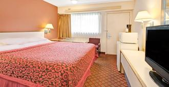 Days Inn by Wyndham Overland Park/Metcalf/Convention Center - Công viên Overland - Phòng ngủ